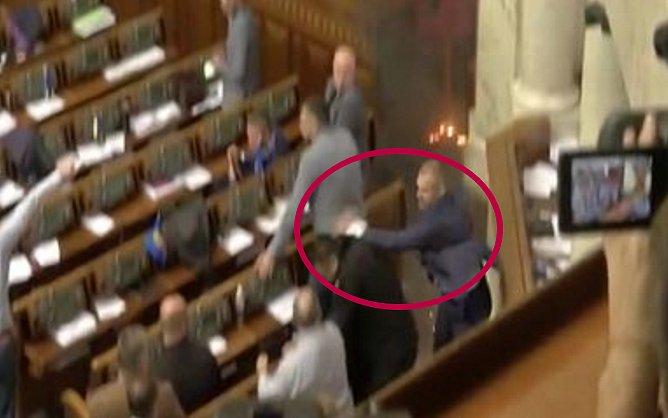 Нардеп Тетерук наносит удар в голову нардепу Семенченко, вынося дымовую шашку из сессионного зала (видео)
