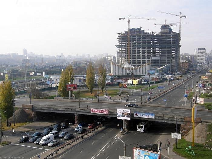 В Киеве начал разрушаться Воздухофлотский мост (фото)