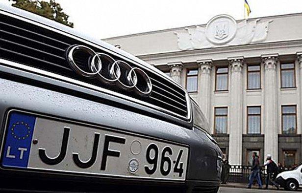 В Киеве авто на еврономерах заблокировали дороги: подробности
