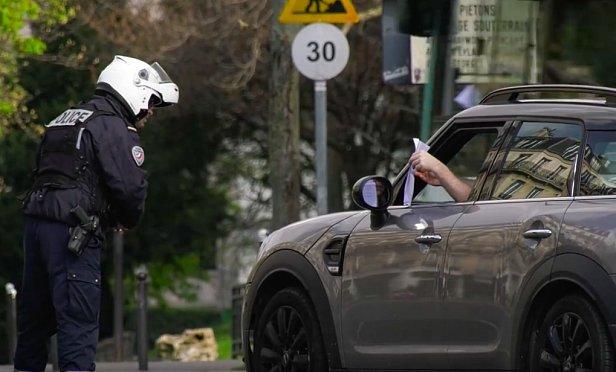 фото - полиция Парижа проводит проверку