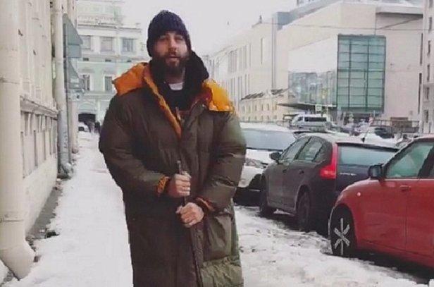 Ургант вышел убирать лед стротуара в северной столице