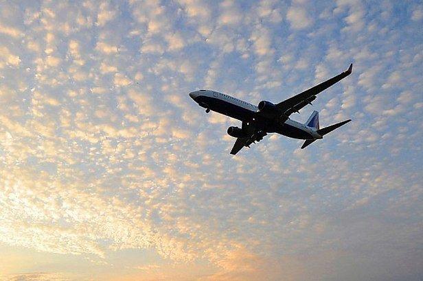 ЧП в Москве: самолет едва не рухнул на головы людей