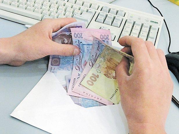 Больше половины фирм платят зарплату в конвертах
