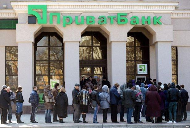 Банкирам разрешили отнимать имущество украинцев без суда
