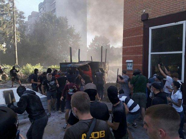 Азов штурмует строительство в Святошинском переулке в Киеве