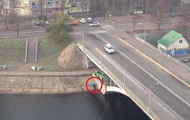 В Киеве на мосту повесился человек