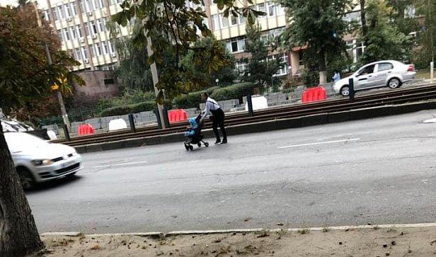 Фото - женщина с коляской перебегает дорогу